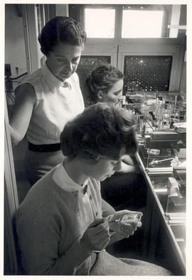 Rita Levi-Montalcini supervising two unidentified women in her laboratory.