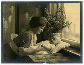 Helen Tredway Graham with her infant son.