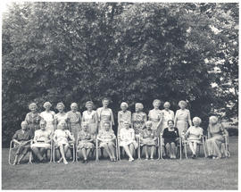 Group portrait of members of the Bryn Mawr College class of 1911 at a reunion.